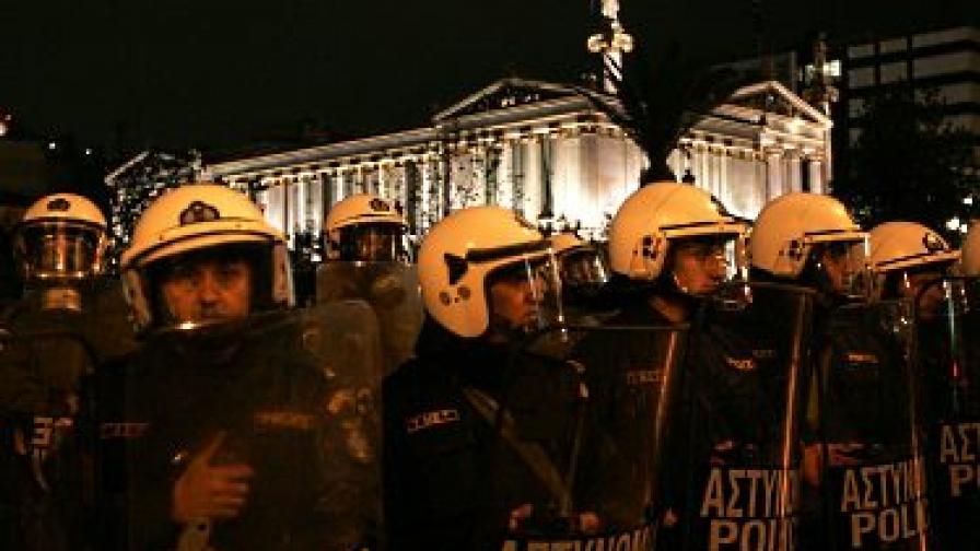 Минувач загина при полицейска акция в Атина