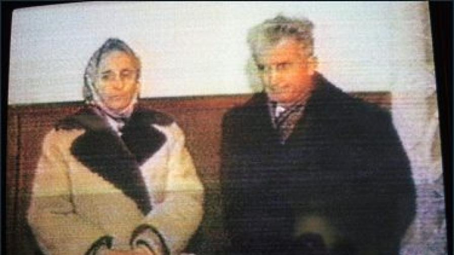 Елена и Николае Чаушеску по време на процеса срещу тях през декември 1989 г. (кадър от архивен видеозапис)