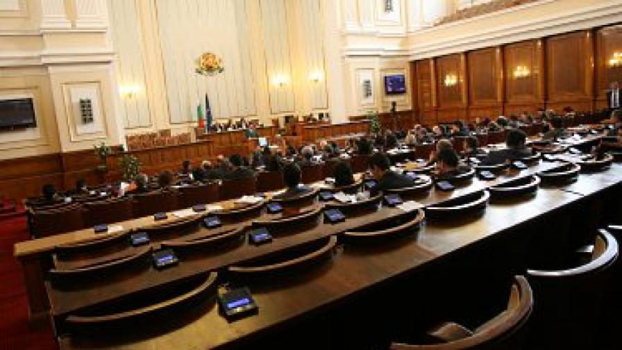 Депутатите си замразиха заплатите