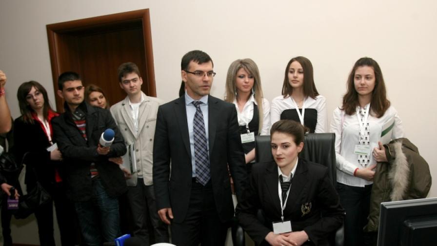 """Министър Дянков днес преотстъпи поста си на една от младите участнички в международната инициатива """"Мениджър за един ден"""""""