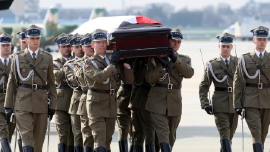 Тялото на Качински пристигна във Варшава, Полша скърби