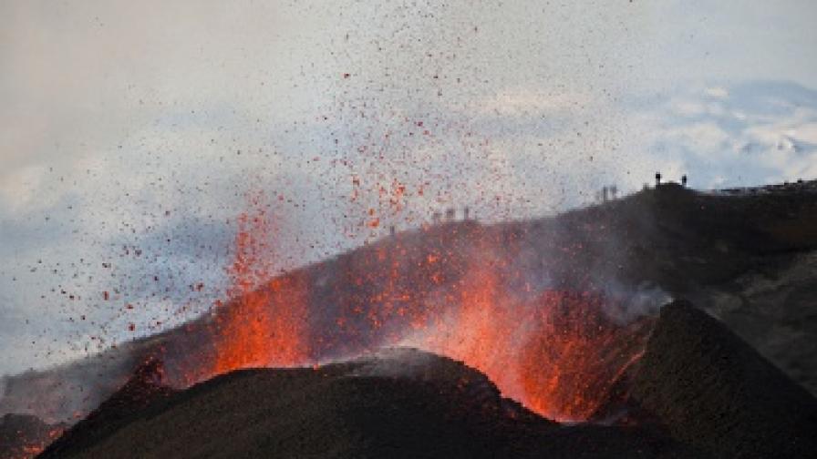 Вулканът в Исландия продължава да бълва дим и пепел