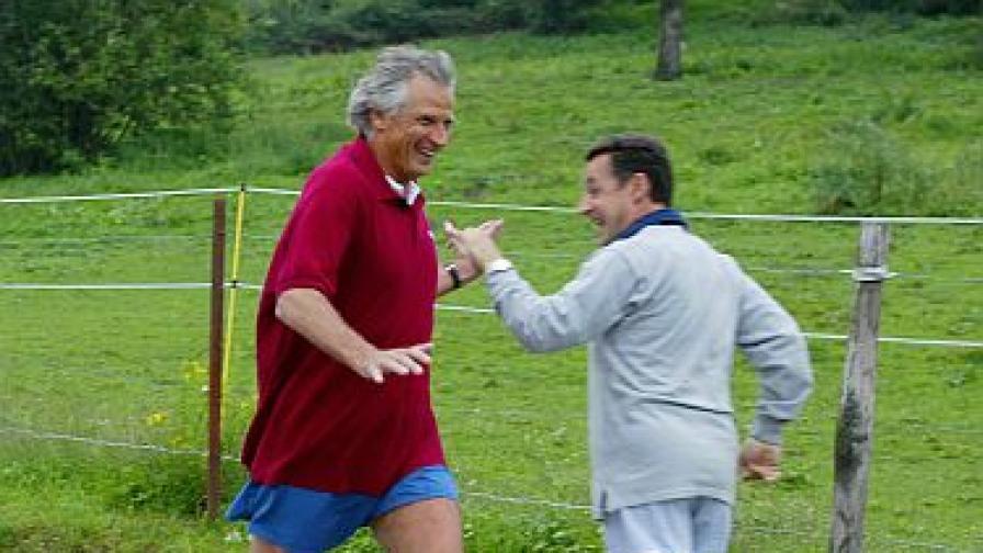 """Доминик дьо Вилпен и Никола Саркози си предават щафетата по време на """"партиен"""" джогинг"""