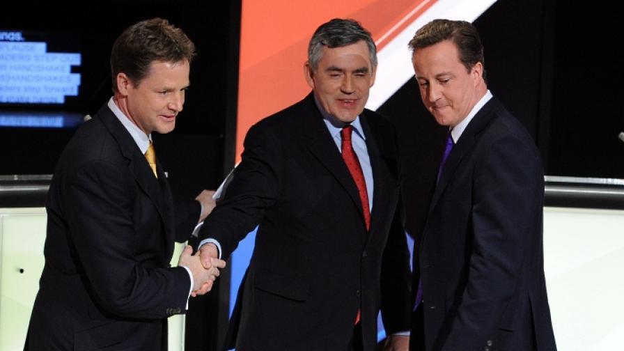 След предизборния телевизионен дебат в Бристол:(от ляво)Ник Клег, Гордън Браун, Дейвид Камерън