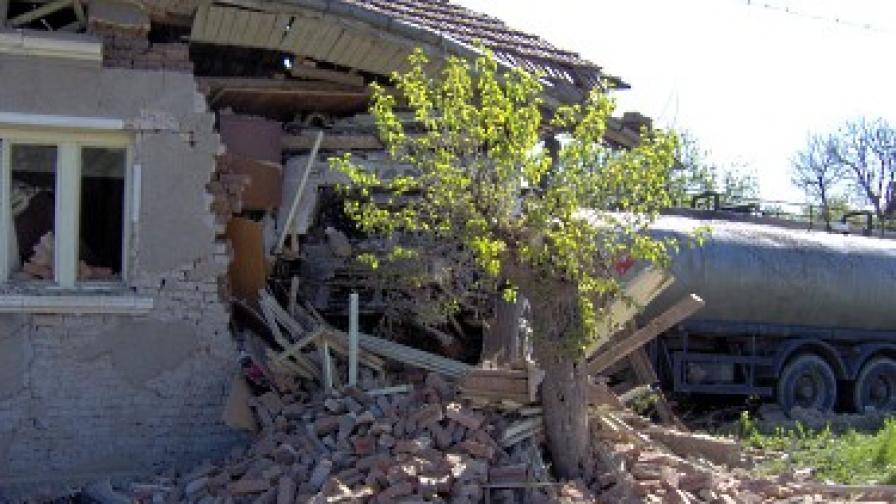 Цистерна се удари в къща край Полски Тръмбеш