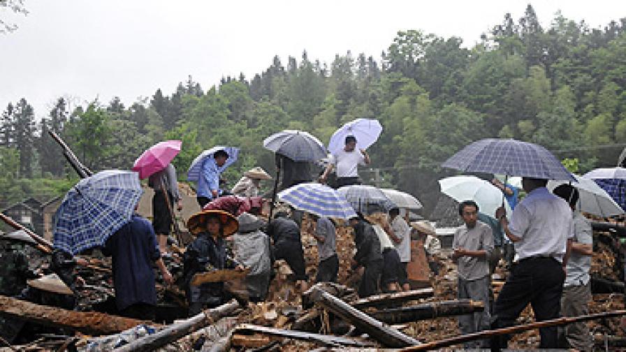 Стотици жертви в Азия при бури, наводнения и свлачища