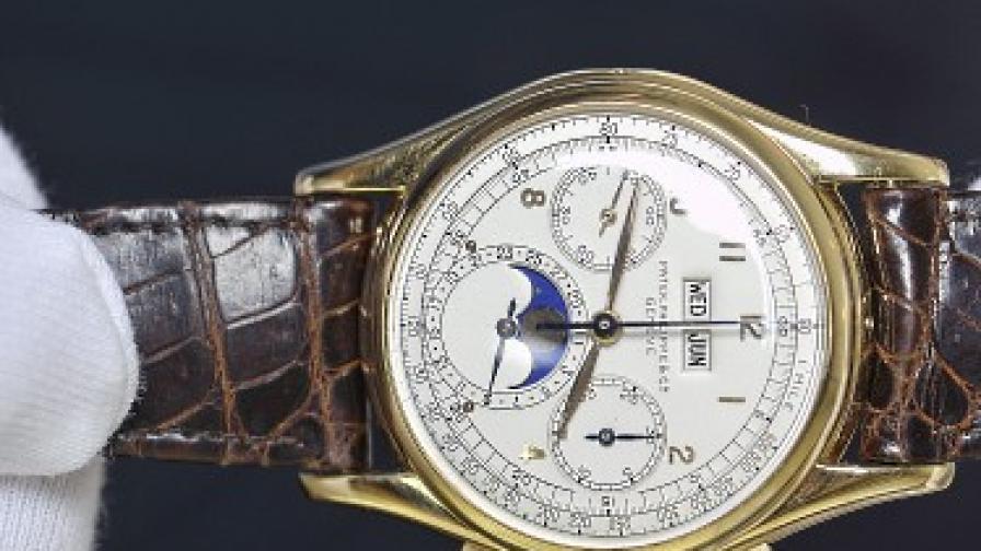 """Служител на """"Кристис"""" показва уникалния златен часовник, продаден за рекордната сума"""