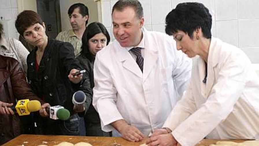 В деня на хлебаря земеделският министър Мирослав Найденов сам се зае да меси