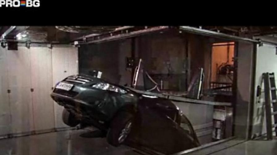 Товарен асансьор размаза автомобил в Търново