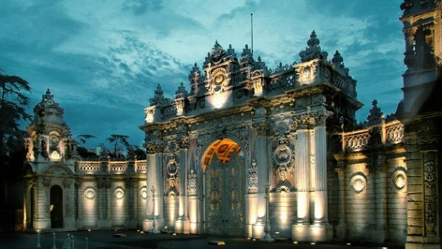 Входът на двореца Долмабахче в Истанбул