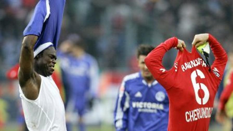 Защо футболистите разменят фланелките си?