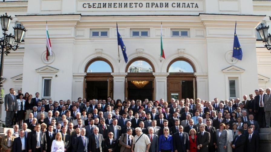 Участниците в тържественото заседание си направмиха обща снимка пред сградата на Народното събрание