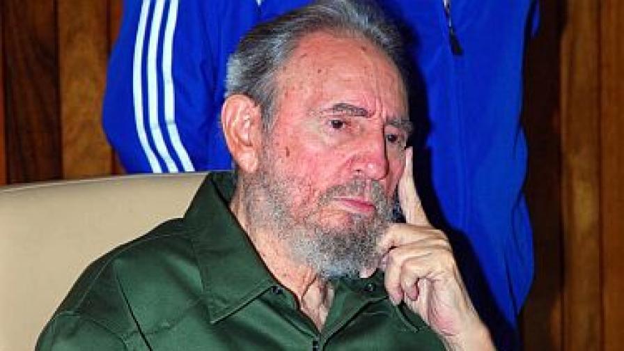Кубинският лидер Фидел Кастро отново с военна униформа