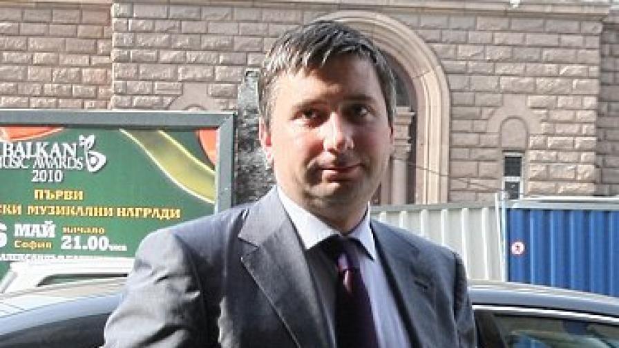 Участието на другия акционер Иво Прокопиев (51%) остава непроменено