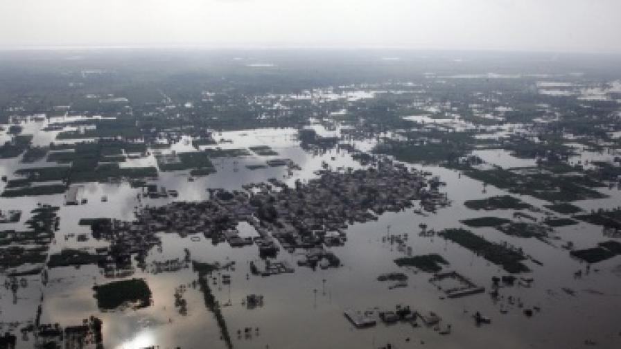 След наводненията в Пакистан вече умират гладуващи