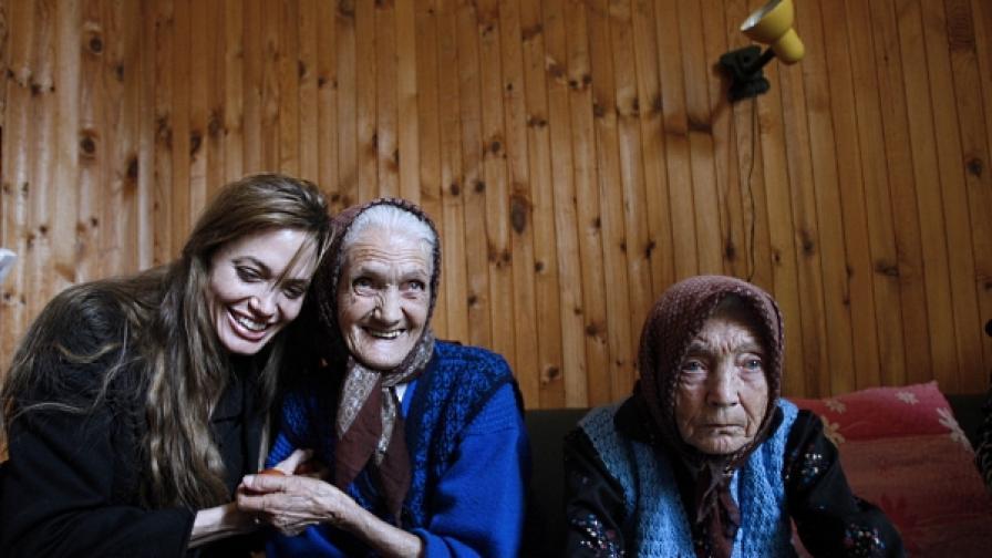 На 6 април 2010 г., след Великден, Анджелина Джоли бе в босненския град Горазде, в качеството си на посланичка на добра воля на Върховния комисариат на ООН за бежанците