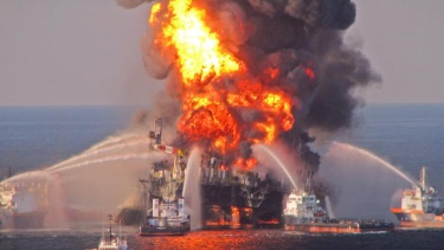 """Така изглеждаше горящата платформа """"Дийпуотър хърайзън"""", която причини тежката екологична катастрофа в Мексиканския залив преди няколко месеца"""