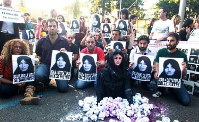 Иран, Западът, една вдовица и купчина камъни