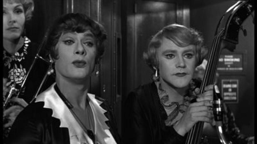 """Тони Къртис (л) и Джак Лемън, в техните превъплъщения като музикантки в """"Някои го предпочитат горещо"""" (1959)"""