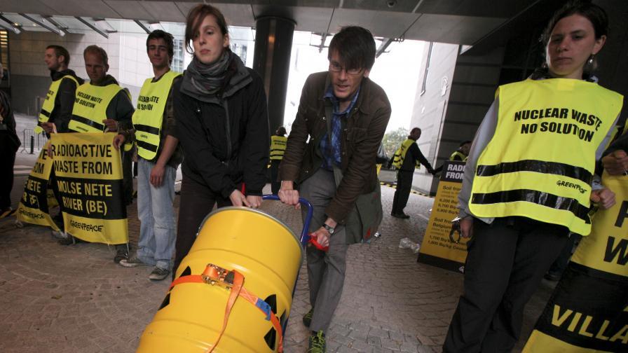Стовариха ядрен отпадък пред централата на ЕП