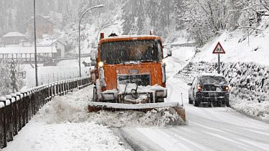 Силни снегове блокираха магистрали