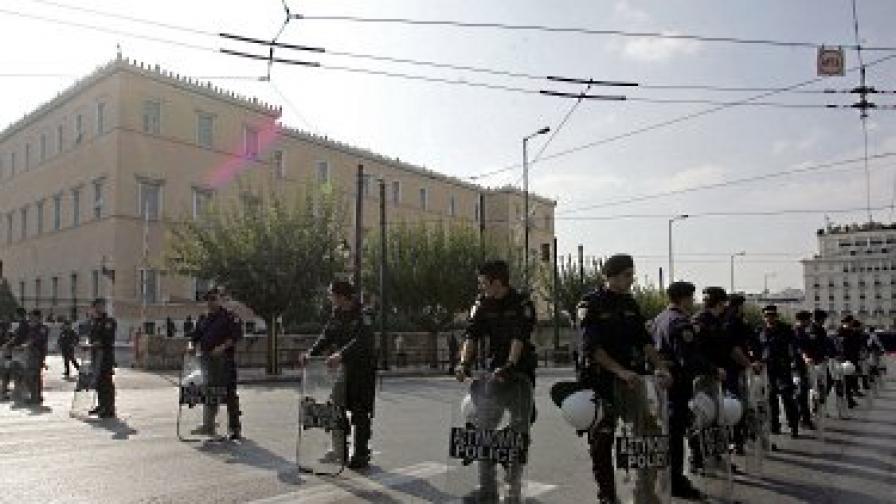 Взривиха съмнителен пакет, пратен до посолството ни в Атина