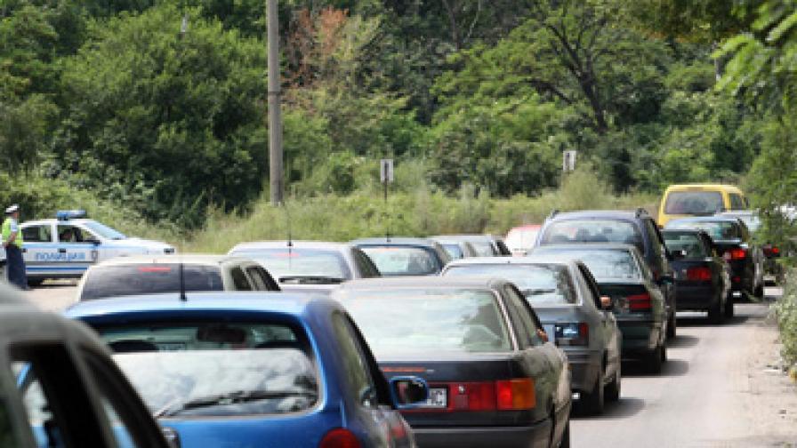 Колони от автомобили на изхода на София заради Архангелова задушница