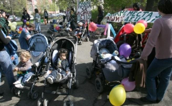 Предупреждават за опасни детски колички от Китай