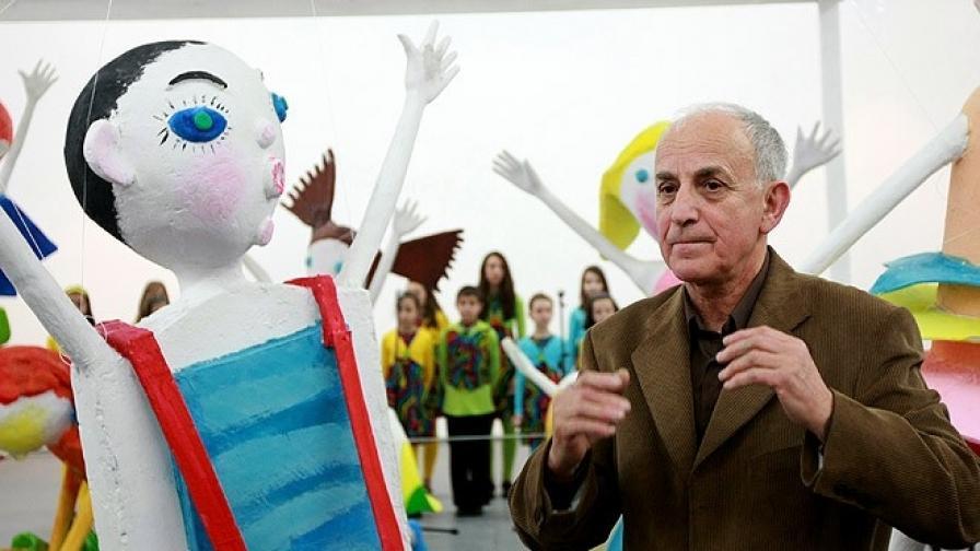 """Скулпторът ПавелКойчев пред своя проект """"Под масата"""" в столичната галерия """"Райко Алексиев"""""""
