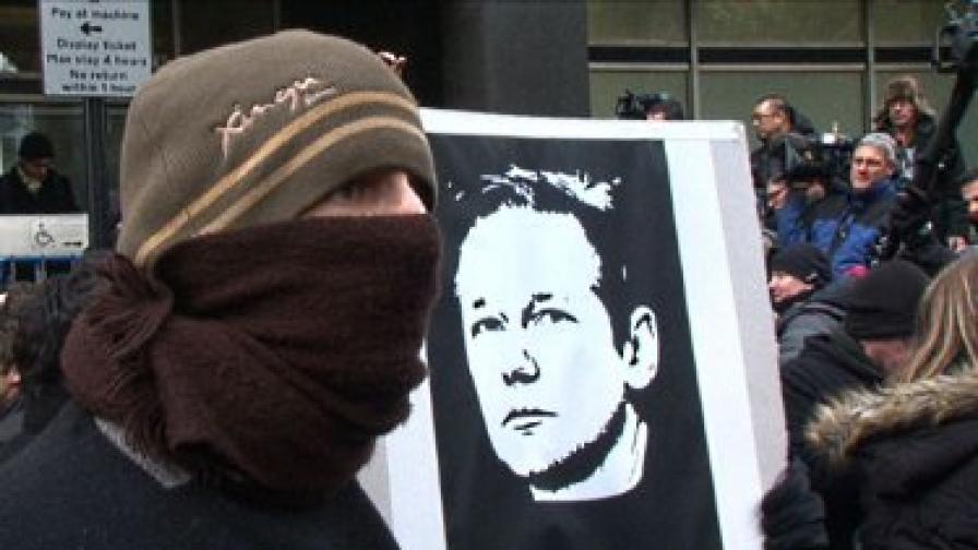 """Арестуването на Асандж и отказът на съда да го пусне под гаранция предизвика остро недоволство сред почитателите на """"Уикилийкс"""" и протест пред сградата на съда"""