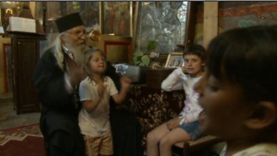 """Кадър от документалния филм """"Отец Иван и неговите деца"""", реж. Георги Стоев-Джеки"""
