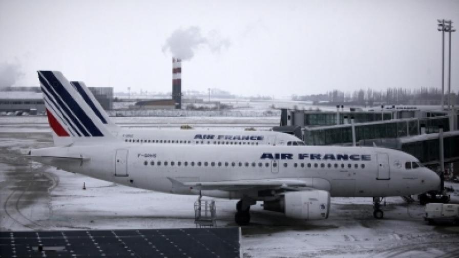 Свършва течността против заледяване на самолети