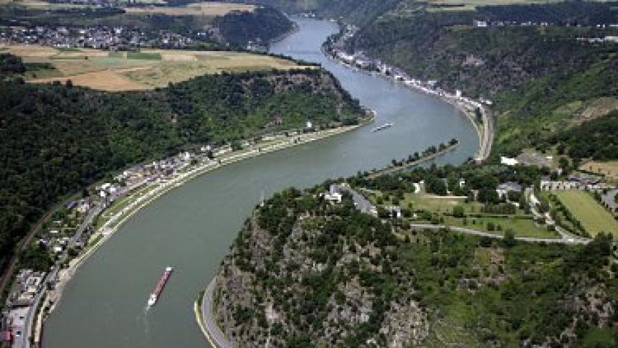 Кораб с 2000 т сярна киселина се обърна в Рейн