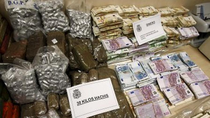 Част от задържаните пари и наркотик