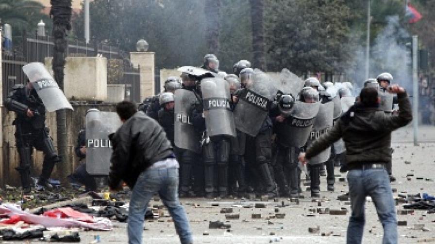 Трима загинали при сблъсъци между демонстранти и полиция в Тирана