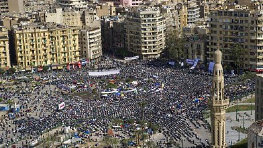 """Демонстрантите започнаха да се събират отново на площад """"Тахрир"""" в Кайро. Някои от тях прекараха нощта на него, а много – дори традиционната петъчна молитва"""