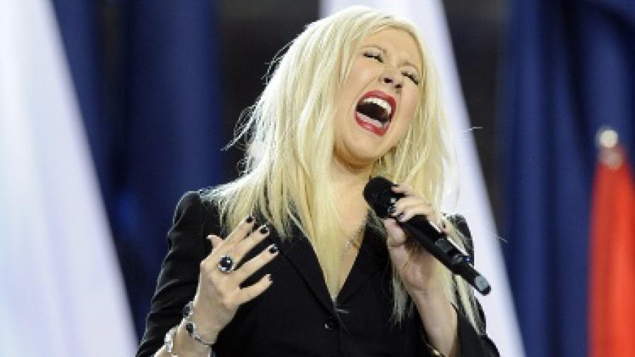 Кристина Агилера обърка химна на Супербоул