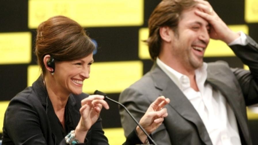 """Джулия Робъртс и Хавиер Бардем на пресконференция по време на фестивала испанския град Сан Себастиян, където представиха техния съвместен филм """"Яж, моли се и обичай"""" (снимка от септември 2010)"""