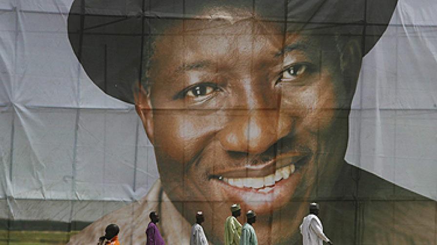Предизборен плакат на президента Гудлък Джонатан. Митингът беше част от серия подобни прояви на президента за предстоящите през април президентски, парламентарни и губернаторски избори