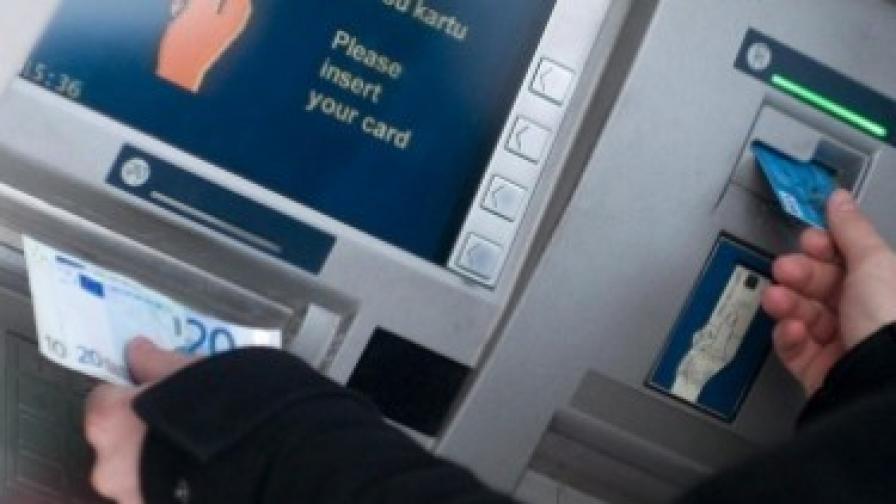 Хванаха пратка с флаш памет с данни за банкови карти