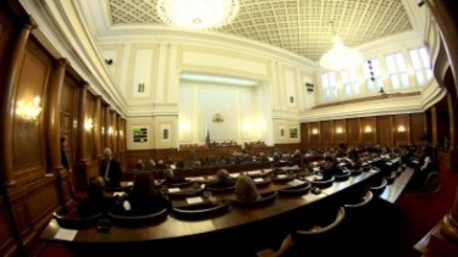 След нов цирк в парламента депутатите си замразиха заплатите