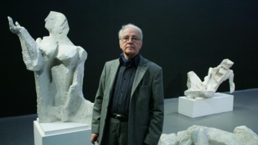 Професор Валентин Старчев сред произведенията си