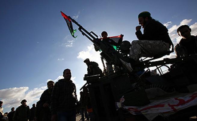 Либийските въстаници преговарят за града на Кадафи