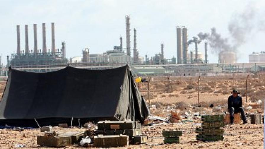 Петролни резервоари и Зауия под обстрела на Кадафи