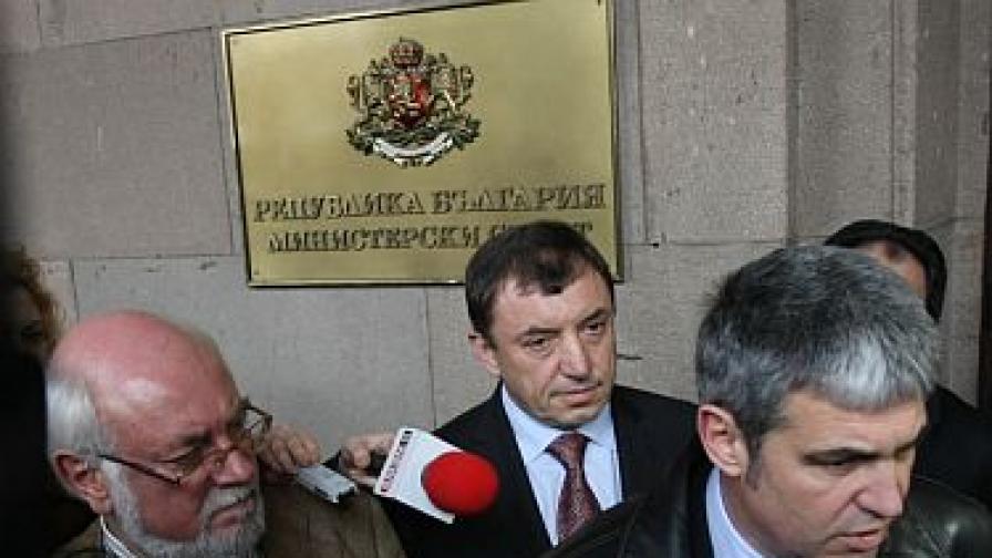 Алексей Петров (в средата) до синдикалните лидери Константин Тренчев и Пламен Димитров