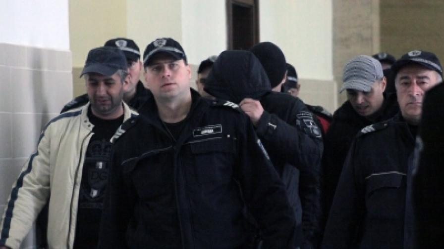 """Полицаи въвеждат в съда обвиняемите от групата """"Наглите"""""""