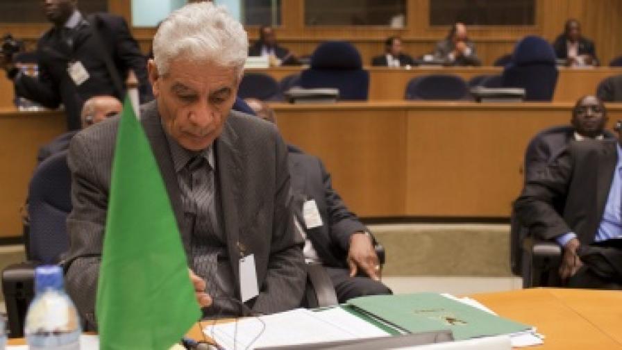И външният министър на Кадафи избяга