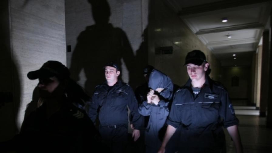 Лъчо Белята винаги старателно крие лицето си в съда (снимка от 5 юли 2010)