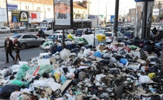 Армията събира боклука в Неапол предизборно