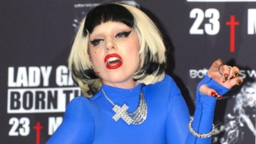 Защо Лейди Гага пее на перуките си